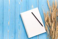 Il raccolto del grano e spazio in bianco secchi del libro per testo o progettazione sul wo blu Fotografia Stock