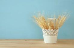il raccolto del grano sulla tavola di legno Simboli della festa ebrea - Shavuot Fotografie Stock Libere da Diritti