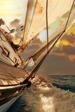 Il raccolto della barca a vela durante il regatta Immagini Stock