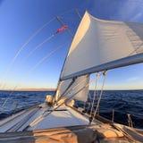 Il raccolto della barca a vela durante il regatta Immagine Stock
