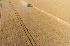 Il raccolto di raccolto meccanico di agricoltura nel campo Fotografia Stock