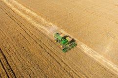 Il raccolto di raccolto meccanico di agricoltura nel campo Fotografia Stock Libera da Diritti