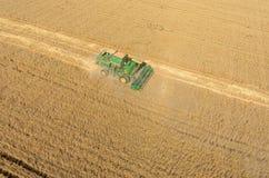 Il raccolto di raccolto meccanico di agricoltura nel campo Fotografie Stock Libere da Diritti