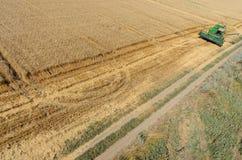 Il raccolto di raccolto meccanico di agricoltura nel campo Fotografie Stock
