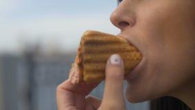 Il raccolto sparato della donna che mangia hot dog stock footage