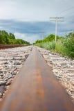 Il raccolto verticale di Rusty Rail Leading To Horizon Immagine Stock