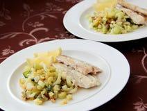 Il raccordo del merluzzo è servito con la verdura arrostita - finocchio, cavolo cinese e sedano Fotografie Stock Libere da Diritti