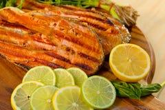 Il raccordo di color salmone con calce ha cucinato su una griglia Fotografia Stock