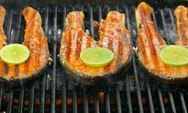 Il raccordo di color salmone fresco con calce ha cucinato su una griglia Immagine Stock Libera da Diritti