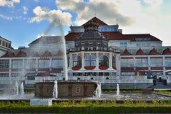 Il rad ed il bianco decorativi hanno colorato la costruzione con la fontana ed il piccolo stagno in priorità alta Sopot - regione Immagine Stock Libera da Diritti