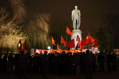 Il raduno dei comunisti si avvicina al monumento Immagini Stock Libere da Diritti
