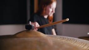 il Ragazza-musicista colpisce un bastone su un tamburo video d archivio