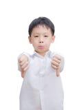 Il ragazzino asiatico che fa i pollici giù gesture con entrambe le mani fotografia stock libera da diritti