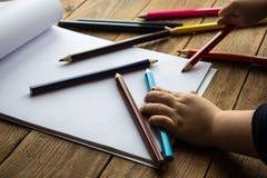 Il ragazzino attinge il Libro Bianco Immagine Stock Libera da Diritti