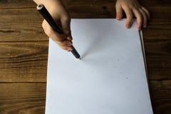 Il ragazzino attinge il Libro Bianco Immagine Stock