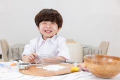 Il ragazzino cinese asiatico prepara per i biscotti bollenti fotografia stock libera da diritti