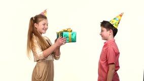 Il ragazzino dà una scatola della ragazza con verde del regalo stock footage
