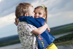 Il ragazzino e la ragazza è baciato Fotografie Stock Libere da Diritti