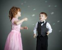 Il ragazzino e la ragazza immagine stock