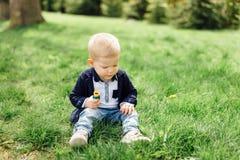 Il ragazzino fa le bolle con sua madre al parco Immagini Stock