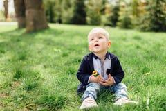 Il ragazzino fa le bolle con sua madre al parco Fotografia Stock Libera da Diritti