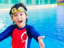 Il ragazzino felice si diverte e gode di nella piscina fotografie stock libere da diritti