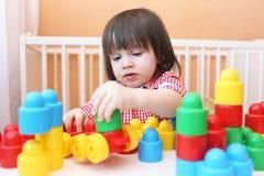 Il ragazzino gioca i blocchi di plastica Fotografia Stock Libera da Diritti