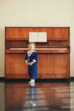 Il ragazzino gioca il piano Fotografia Stock