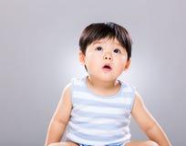 Il ragazzino guarda su Fotografie Stock Libere da Diritti