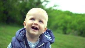 Il ragazzino ha un resto con il padre in parco stock footage