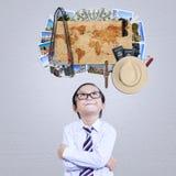Il ragazzino immagina il posto famoso di vacanza Fotografia Stock