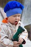 Il ragazzino innaffia un orto immagine stock libera da diritti