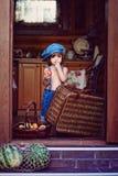 Il ragazzino in jeans ricopre la mela della tenuta Fotografie Stock