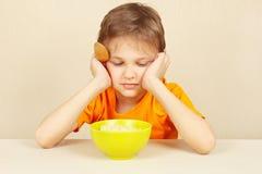 Il ragazzino non vuole mangiare il porridge Fotografie Stock Libere da Diritti