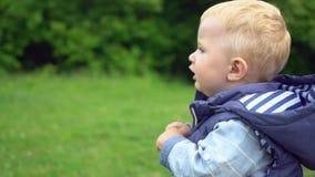 Il ragazzino passa il tempo con il padre in parco stock footage