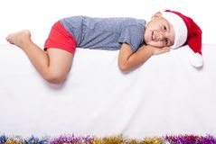 Il ragazzino si trova su fondo bianco fotografia stock libera da diritti