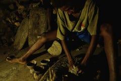 il ragazzino sta facendo le bevande di kava-kava per l'uomo in isola del Pacifico a distanza immagini stock