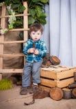 Il ragazzino sta giocando con gli strumenti di un carpentiere Fotografia Stock Libera da Diritti