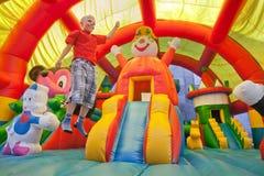 Il ragazzino su un trampolino Fotografie Stock Libere da Diritti