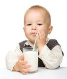 Il ragazzino sveglio è latte alimentare fotografia stock libera da diritti