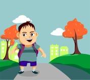 Il ragazzino sveglio cammina lungo la via Fotografia Stock