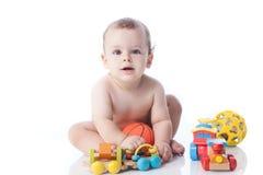 Il ragazzino sveglio sta giocando con i giocattoli Immagini Stock Libere da Diritti
