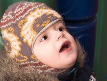 Il ragazzino in un cappuccio caldo con stupefazione cerca Immagine Stock Libera da Diritti