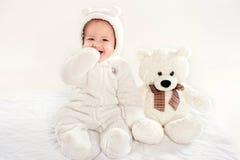 Il ragazzino in un vestito di un cucciolo di orso Fotografia Stock