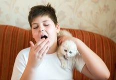 Il ragazzo è allergico al gatto Fotografie Stock