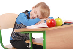Il ragazzo è caduto addormentato ad uno scrittorio della scuola Fotografie Stock Libere da Diritti