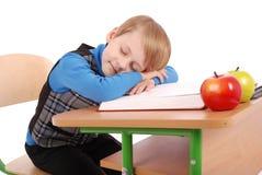 Il ragazzo è caduto addormentato ad uno scrittorio della scuola Fotografia Stock Libera da Diritti