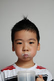 Il ragazzo è latte alimentare fotografia stock
