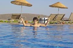 Il ragazzo è nella piscina Fotografia Stock Libera da Diritti