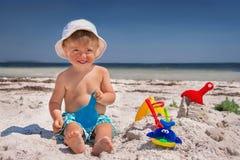 Il ragazzo è nella spiaggia. Immagine Stock Libera da Diritti
